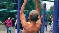 大爷虽然年龄50多岁了,却拥有着我们二十几岁,都没有的身体与肌肉!