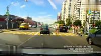 行车记录仪实拍:轿车被闯红灯,行人踢一脚,暴脾气车主直接这样泄愤!