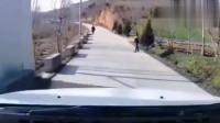 监控:乡间小路出现诡异一幕,吓的司机赶紧倒车!