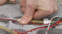 把LED灯条放进水泥做的模型,再灌上环氧树脂,做出的桌子真惊艳