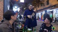越南街头的卖烟女郎,打扮时髦,一包包推销,不知一天能赚多少钱