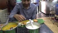 带你看看印度的餐馆是如何用餐的,人手一张芭蕉叶,各种奇葩美食