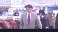 丈夫陪女友买衣服,意外撞见妻子,立马把女友衣服买给妻子!