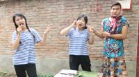 童年:妈妈去赶集给姐妹俩带来了月饼,中秋节要到了要吃月饼了,真有趣