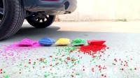 牛人把彩色气球放在车轮下面,真的好减压啊,勿模仿!