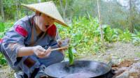 老婆不让出门,自己在菜园子里煮火锅吃,没有肉吃着也很香