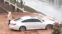 监控:女司机开车不看路,5秒后你们憋着别笑!
