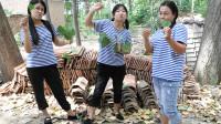 童年:田田和小伙伴撕树叶玩,小伙伴一起一片树叶也很好玩!太有趣了