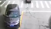 """行车记录:大货车上门不关车厢门,三轮车瞬间被""""爆头,这找谁说理去?"""