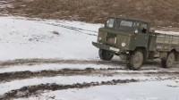 积雪爬坡太难了,俄罗斯军卡爬坡失败