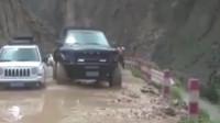 行车记录仪:福特猛禽就是猛,别的车都停在原地不动,只有它一脚油门冲了过去!