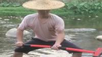 一把大铁锤,也能抓到鱼,看看农村小伙怎么操作
