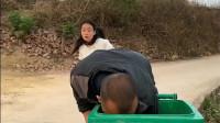 美女被老公追着打,捡垃圾的男子立马把她藏私到了垃圾桶里躲过一劫!
