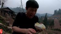 小伙吃野柚子,隔着屏幕都流口水,这么酸能吃得下去?