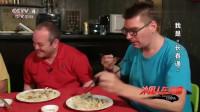 老外:外国友人们组织吃饺子比赛,旁边小伙用筷子,大叔却直接用手抓
