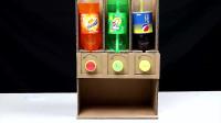 小伙用纸板制作饮料机,要什么饮料直接旋转按钮就可以