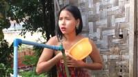 缅甸美女街边洗澡,遇到游客丝毫不羞涩,镜头拍摄全过程!