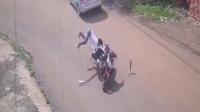 行车记录仪:摩托车载人弯道加速超车,神仙来了也救不了!