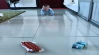 妈妈在地下放了香肠和酸奶,宝宝这反应,你们忍住别笑!