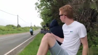 飙到350km时速的摩托有多可怕?拍照的小伙下一秒懵圈了。