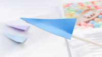 制作吹气式纸飞机,用吸管吹一吹,就会飞出去