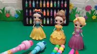 美术老师给公主们发了画笔让公主们画画,贝儿把公主们的画笔拿走了,贝儿真坏!