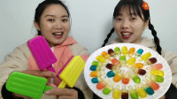 恶作剧:俩妹子被造型玩具整蛊,吃到迷你雪糕橡皮糖超开心,真逗