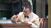 爆笑影视:小伙抽烟点不着,结果拎起烟盒一看,倒出了半杯水