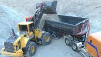挖掘机 运土车户外工作视频