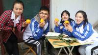 童年:如花老师在城里买了落花甜柿子,田田和伙伴从来都没吃过,真好吃