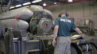 美国空军核武器专家调试核武器发射器,该型能携带8枚弹头