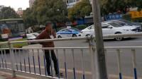 贵州一大妈把口罩挂胸前车道溜达,市民强势劝说:没人管也要戴