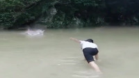 农村罕见的捕鱼工具,一下能飞五米远,抓鱼可方便了!