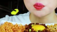 美女吃播:挑战吃麻辣面拌生鸡蛋,越吃越好吃,光看着就想吃