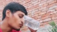 印度真不愧是战斗民族,小伙可以用鼻子喝水嘴巴吐水,看来游泳也不怕淹着了