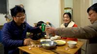 饺子就酒越喝越有,四斤猪肉做一顿野菜饺子,大sao陪老爸喝过瘾