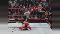 WWE:比赛中止猛男还舍不得放手,把人家老婆欺负成这样,太狠了