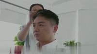 刘强东弄好发型,单手插袋走出来,此时音乐响起,太霸气了
