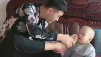 爸爸拿自己的脚给小宝宝闻,没想到宝宝一闻就倒下了,太搞笑了!