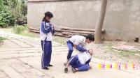 田田的童年搞笑短剧:田田和伙伴玩跳皮筋不带妹妹,妹妹回家找来妈妈出气,结局太逗了