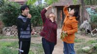 欢欢的童年:欢欢和小伙伴摘槐花,摘来就直接吃,满满的童年回忆,太逗了