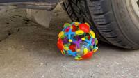 汽车碾压玩具水果零食的瞬间