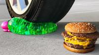 减压实验:牛人把高尔夫球、手套、汉堡放在车轮下,好减压,勿模仿