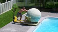 老外自制2000斤沐浴球,倒入泳池一瞬间,仿佛步入人间仙境!