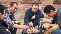 """阿远新买了一个铁板,买4斤羊肉来做""""炙子烤肉"""",烤肉味真香"""