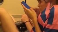 在火车上拍到的一幕,这两个小姐姐素质堪忧,对面大哥坐立难安!