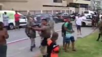 美国警察驱散迈阿密海滩聚集人群,网友:这方式很美国