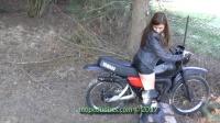 美女踩发黑色越野摩托车