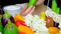 农村妹子挑战大胃王,一大盘蔬菜拼盘配沙拉酱吃,你看馋了吗