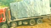 山东大货车拉百吨巨石下坡,挖掘机坠尾制动!要不是监控谁信这技术